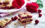 Обои Вишневое пирожное, обвязанное лентой, рядом ягоды вишни и красные розы, фото автора Maxim Shebeko