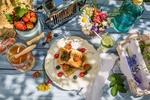 Обои Вкусный завтрак: тосты с клубникой, черникой и вишней, рядом мед, полевые цветы в банке на столе