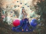 Обои Модель Mahi Masegosa сидит у шаров и бабочками, парящими над ней, by Jayma javier