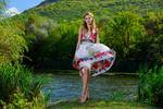 Обои Модель Эйлин с цветами на волосах в цветастом платье стоит у пруда