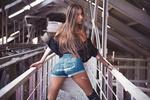 Обои Модель Алена в джинсовых шортах стоит на мостике, by Kirill Chernyavsky