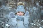 Обои Радостная девочка стоит в зимней одежде среди сухой запорошенной травы, фотограф Елена Миронова
