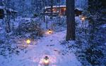 Обои Горящие фонари стоят на снегу, на дорожке, ведущей к домику в лесу