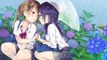 Обои Две девочки школьницы, сидят на корточках под зонтом в дождь, среди цветущей гортензии
