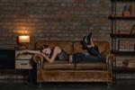Обои Модель Disha Shemetova лежит на диване, фотограф Сергей Васильев