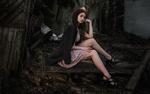Обои Брюнетка в красивом платье, в кофте на фоне развалин