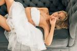 Обои Модель Katerina Shiriaeva / Катерина Ширяева в белом платье лежит на диване
