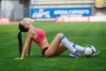 Обои Модель Ангелина Петрова на футбольном поле с мячом