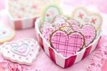 Обои Глазированные печеньки в форме сердца в коробочке на розовой салфетке, Valentins day (Валентинов день)