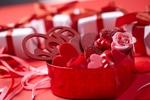 Обои Сладости в форме сердца в коробочке среди подарков, Valentins day (Валентинов день)