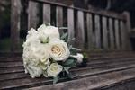 Обои Букет невесты из белых роз лежит на скамейке