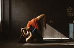 Обои Парень лежит на полу и целуется с девушкой, фотограф Marta Syrko