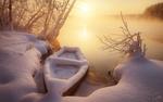 Обои Лодка у заснеженного берега солнечным туманным утром, фотограф Анатолий Гордиенко