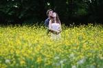 Обои Парень с девушкой стоят на цветущем поле