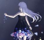 Обои Белокурая девушка в черном платье, под подолом которого растут цветы