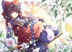 Обои Reimu Hakurei / Рейму Хакурей практикуется в магии среди цветов из серии компьютерных игр Touhou Project / Проект Восток