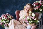 Обои Девушка сидит в кресле и держит вазу с цветами