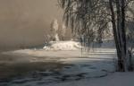Обои Деревья на берегу реки, покрытые изморозью, под солнечным светом на фоне хмурого неба, фотограф Марина Фомина