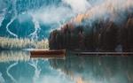 Обои Лодка в чистых водах горного озера