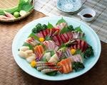 Обои Японская кухня: блюдо с ассорти из морепродуктов и нарезки из разных сортов рыбы, рядом зелень и соевый соус