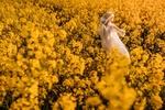Обои Девочка -кукла стоит на цветущем поле, by AZURE