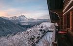 Обои Вид из дома на горную местность