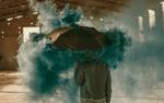 Обои Мужчина с зонтом в голубом дыму