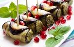 Обои Закуска из запеченных баклажанов с начинкой на шпажках с украшением из зерен граната и листьев мяты