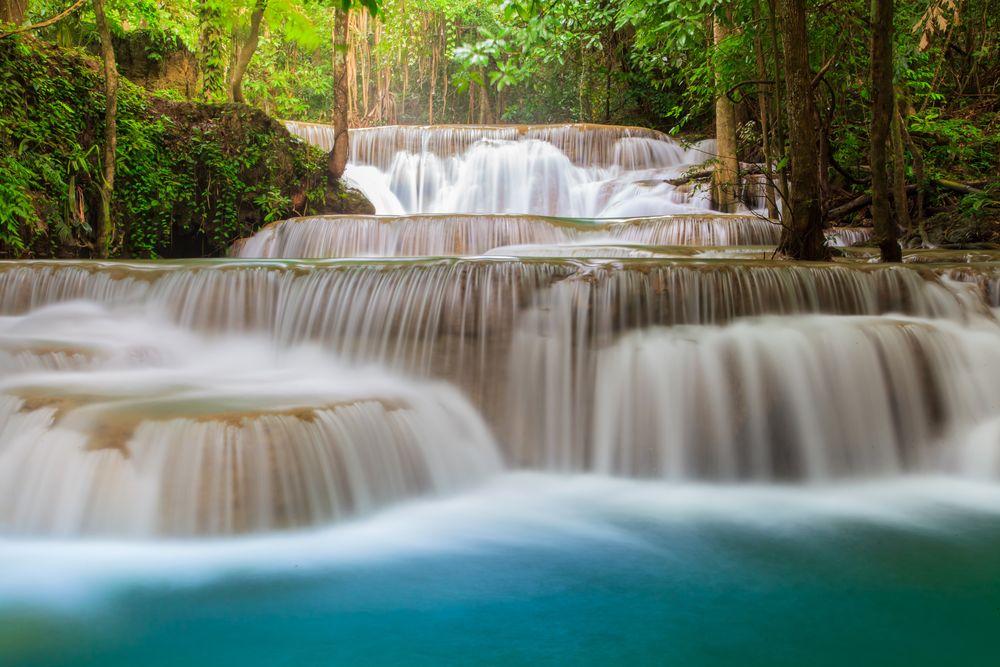 Обои для рабочего стола Пороги водопада в тропическом лесу Таиланда, фотограф Sorapong Chaipanya