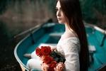 Обои Модель Анечка с букетом цветов сидит в лодке, by Drapak Photo