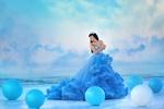 Обои Девушка в голубом пышном платье стоит среди шаров, Ивга Фотограф