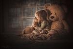 Обои Девочка сидит рядом с игрушечным медведем у окна, за которым идет дождь, by Jessica Drossin