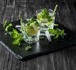 Обои Два бокала с мохито с кусочками лайма, соломинками, листиками мяты и льдом