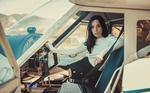 Обои Девушка Jessica / Джессика сидит в кабине самолета. Фотограф Furnari Nicola Davide