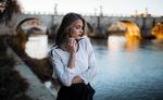 Обои Модель Симона в белой блузе и черной юбке стоит на фоне моста через канал. Фотограф Furnari Nicola Davide