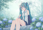 Обои Vocaloid Hatsune Miku / Вокалоид Хатсунэ Мику сидит на каменных ступеньках, по бокам которых растет гортензия, идет дождь