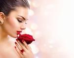 Обои Девушка держит красную розу в руке, фотограф Анна Субботина
