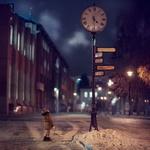Обои Ребенок в зимней одежде стоит на улице вечернего города и смотрит на столб с часами и указателями, фотограф Макаркина Регина
