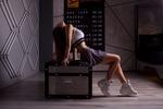 Обои Девушка в юбочке, топе, кроссовках сидит, запрокинув голову назад, на сундуке, фотограф Sergey Pak