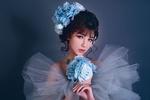 Обои Азиатка с цветами в прическе и с букетом голубых роз