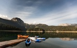 Обои Лодки у причала в озере, окруженном лесом