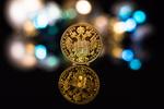 Обои Золотая монета на фоне боке, by Theo Crazzolara