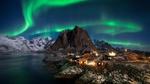 Обои Северное сияние над деревней Reine / Рейне на Lofoten Islands, Norway / Лофотенских островах, Норвегия, фотограф Pete Wongkongkathep