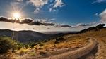Обои Грунтовая дорога уходящая в даль, солнце близится к закату