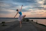 Обои Модель Диана в танце стоит на дороге, фотограф Dmitry Sn