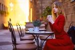 Обои Модель Александра Смелова в красном платье сидит с чашкой за столиком на улице, by Вячеслав Холодилов