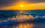 Обои Пенные волны на берегу в лучах закатного солнца