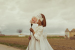 Обои Девочка с розой в руке, by Mara Saiz Photo