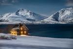 Обои Домик с зажженным светом у моря на фоне заснеженных гор, Норвегия / Norway, фотограф Василий Яковлев