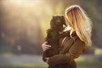Обои Девушка держит собаку на руках, фотограф Anne Geier